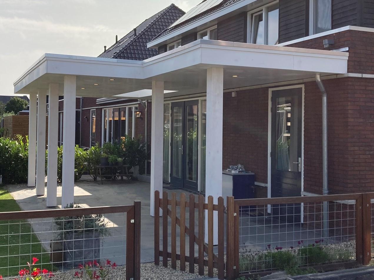 L veranda wit aan huis